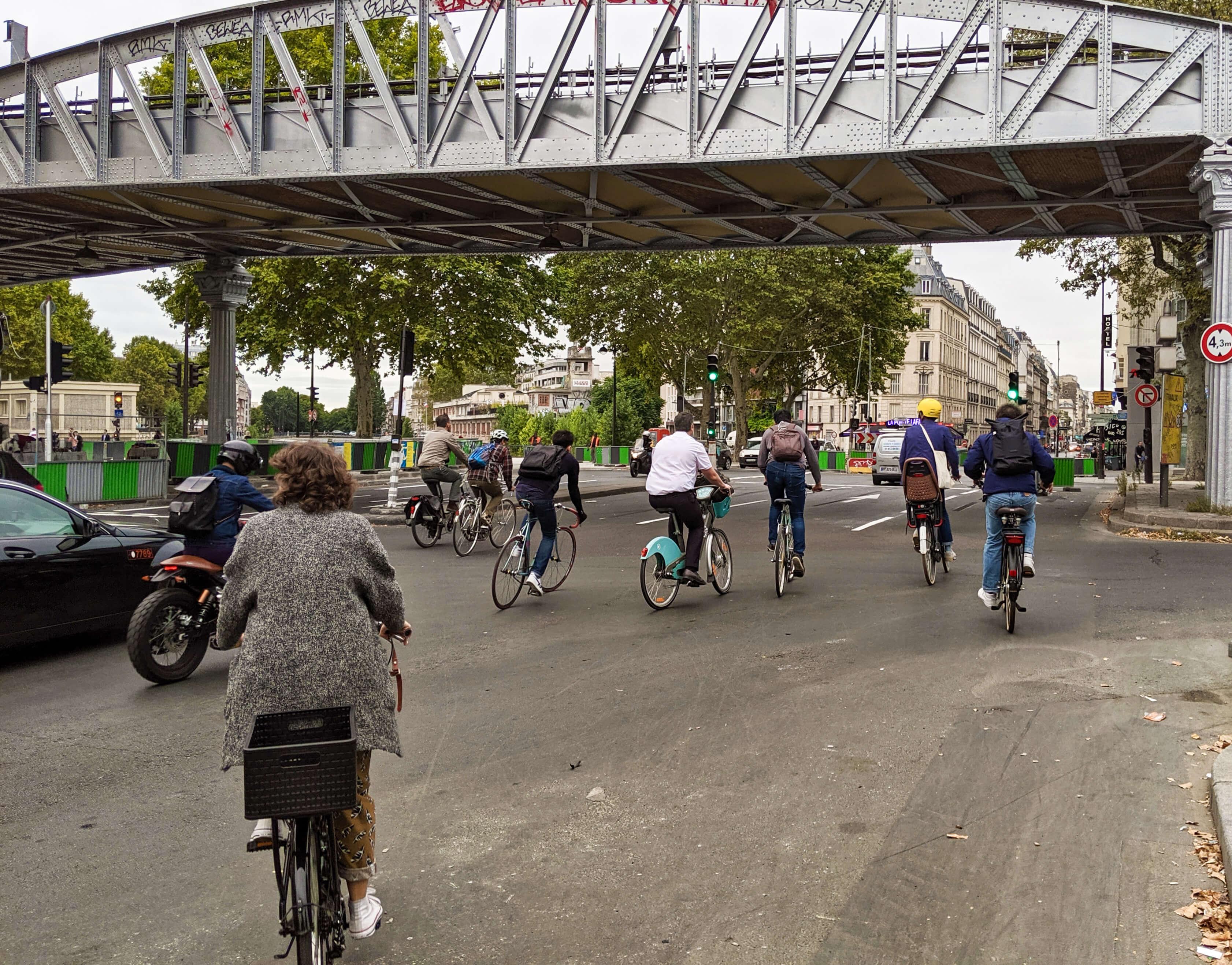 Pourquoi les deux-roues motorisés ont l'air bien plus nombreux que les cyclistes à Paris, alors que c'est faux ?